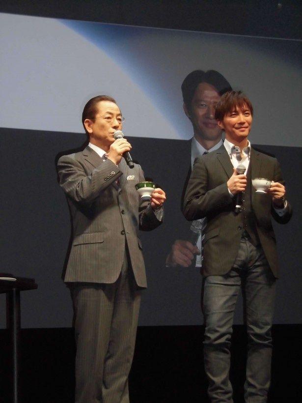 映画「相棒‐劇場版III‐―」の「列島縦断!完成披露上映会」東京会場で映画のヒットを祈願し、自身が演じる右京が愛する紅茶で乾杯する水谷豊(左)と、相棒・享役の成宮寛貴(右)