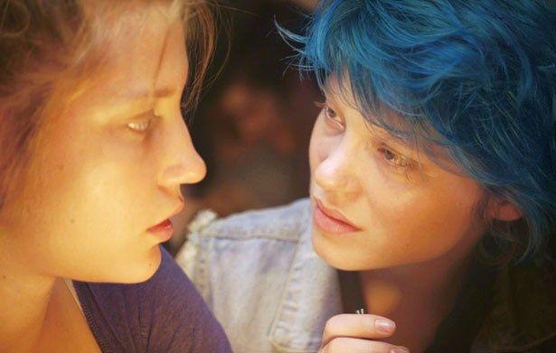 青い髪のエマ(レア・セドゥ)と再会を果たしたアデル(アデル・エグザルコプロス)。2人は急速に惹かれ合っていく