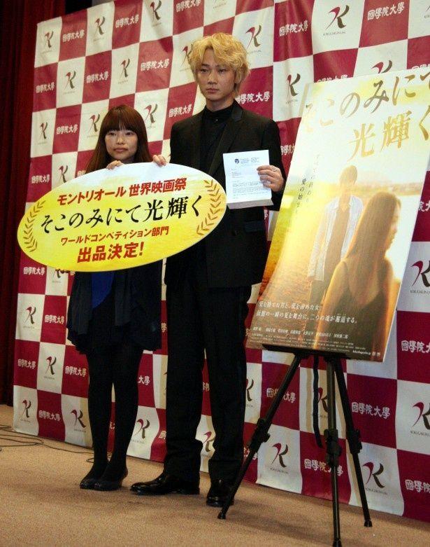 映画「そこのみにて光輝く」試写会の舞台あいさつに登場した主演の綾野剛(写真右)、 呉美保監督(左)
