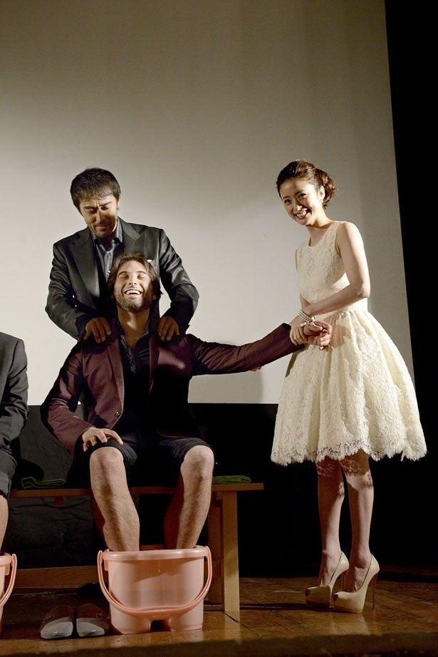 プレミア上映前の舞台挨拶では足湯と指圧体験のサービスで日本文化を伝える