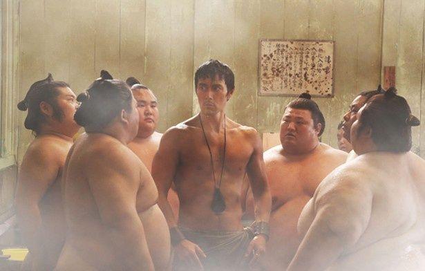 日本の力士に囲まれる古代ローマ人。はたしてどうなる!?
