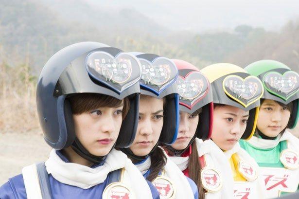 """片手間で戦う""""女子ーズ""""の面々。コスチューム&ヘルメットがかわいらしい!"""