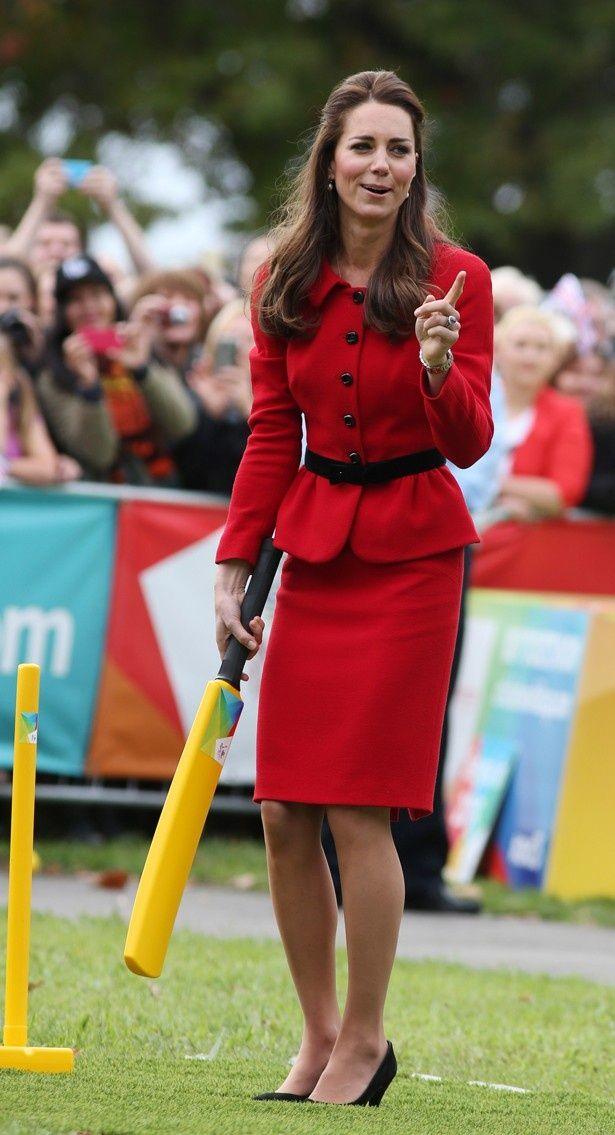 スカートとヒールでクリケットを楽しんだキャサリン妃