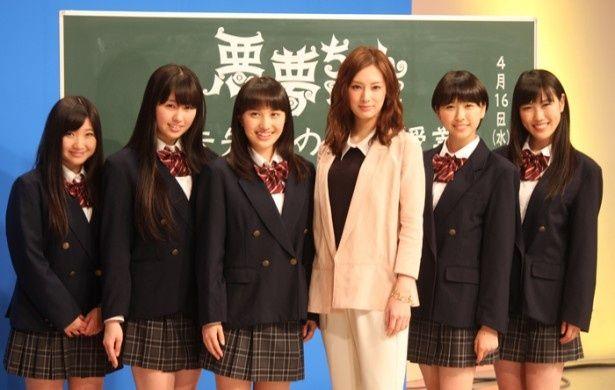 映画「悪夢ちゃん The 夢ovie」の公開記念イベントに出席した、北川景子(右から3番目)とももいろクローバーZの5人