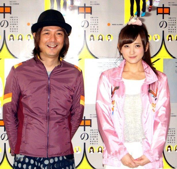 囲み取材に登場した河原雅彦と小松彩夏(写真左から)