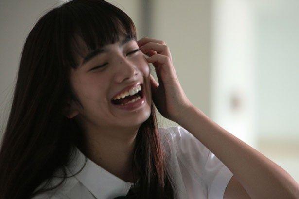 容姿端麗で学内のカリスマ!加奈子役を演じる小松菜奈。この妖しい笑顔の意味は一体?