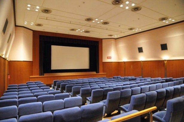 174席のスクリーン1と58席のスクリーン2、そして多目的ホールを備えたアミューあつぎ映画.comシネマ