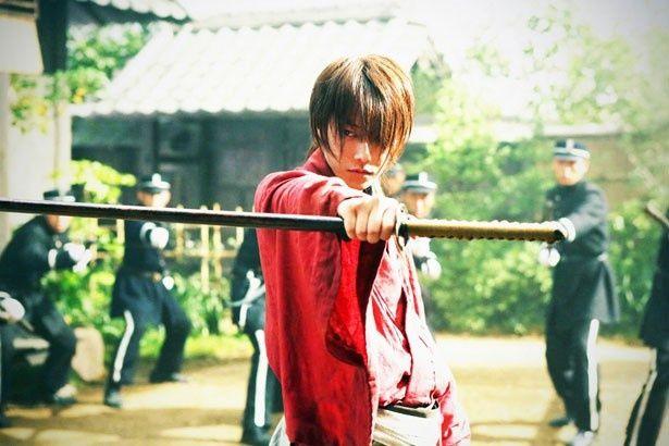 本日解禁された新たな場面写真。佐藤演じる緋村剣心が敵に囲われ、バトルが始まりそうな雰囲気!