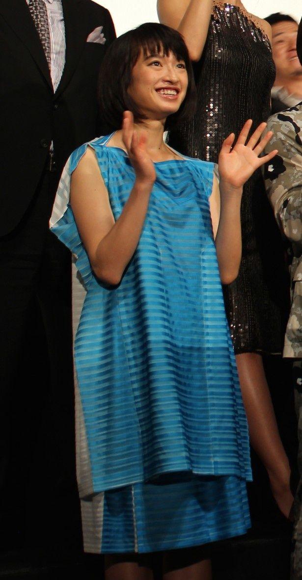 【写真を見る】ホストに貢ぐため風俗に足を踏み入れる少女を体当たりで演じた門脇麦。水色のふわりとしたドレス姿で登場