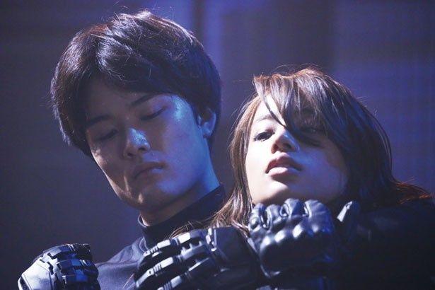 入江甚儀扮するジロー(キカイダー)がマリ(高橋メアリージュン)という名の女性型アンドロイドと激しい闘いを展開