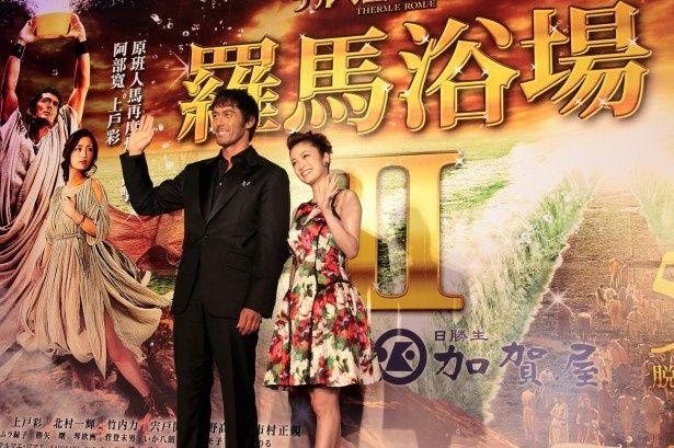台湾での初日プレミアイベントに登壇した阿部と上戸。2人は中国語でのあいさつも披露!