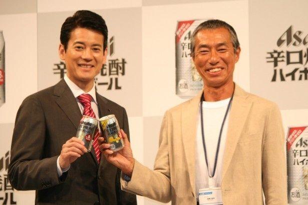 「アサヒ 辛口焼酎ハイボール」新CM発表会に登場した、CMキャラクターの唐沢寿明(左)と柳葉敏郎(右)