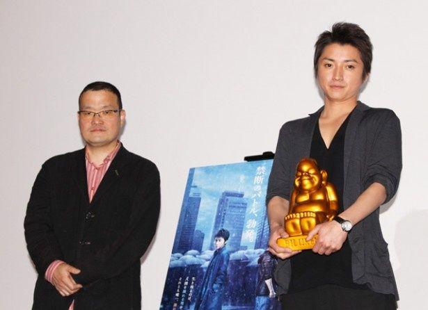 5/15に誕生日を迎える藤原竜也(右)に中田秀夫監督(左)からビリケン像がプレゼントされた