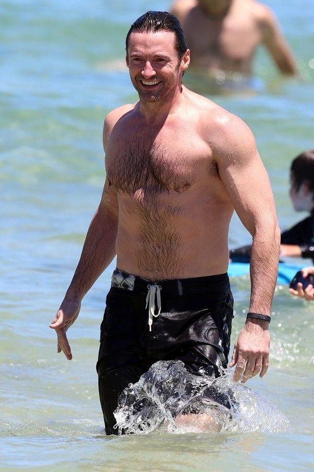 ビーチで楽しそうに泳ぐウルヴァリン