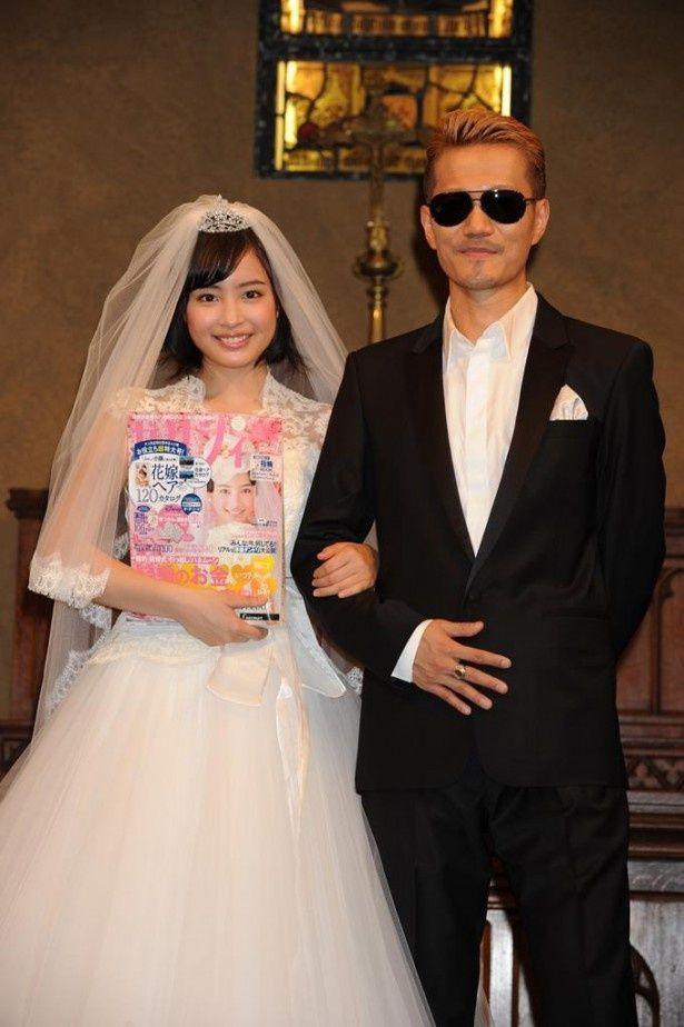 CM楽曲を手掛けたEXILE ATSUSHI(右)と照れながら腕を組む「ゼクシィ」7代目CMガールの広瀬すず(左)