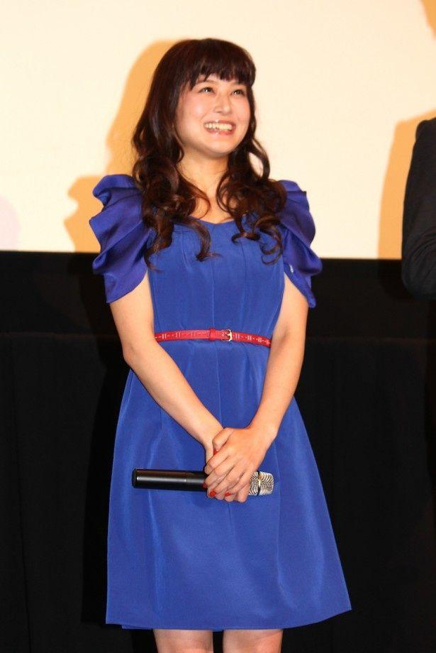 青のドレス姿で登場した佐津川愛美
