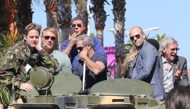 【写真を見る】『エクスペンダブルズ3』に出演するジェイソンやシルベスター・スタローンらが、カンヌで戦車に乗って映画をPR!