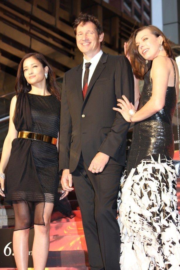【写真を見る】クールビューティー対決!黒のロングドレスで登場したミラ・ジョヴォヴィッチと黒のミニドレスで現れた黒木メイサ