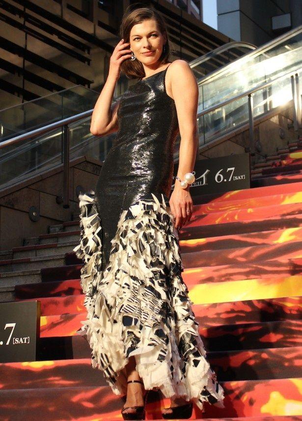 裾に向かって個性的なデザインがほどこされたドレスで登場したミラ・ジョヴォヴィッチ