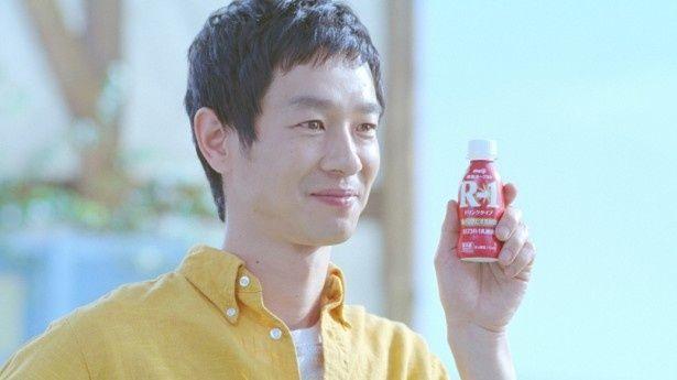 6月1日(日)から放送される新CMで「明治ヨーグルト R-1」を手にする加瀬亮