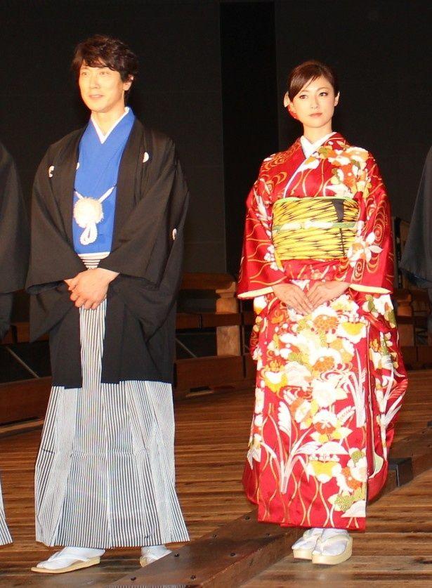 【写真を見る】真っ赤な振り袖姿で登場した深田恭子。佐々木蔵之介は袴姿を披露