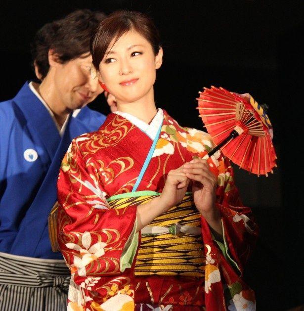 キュートな表情を見せた深田恭子