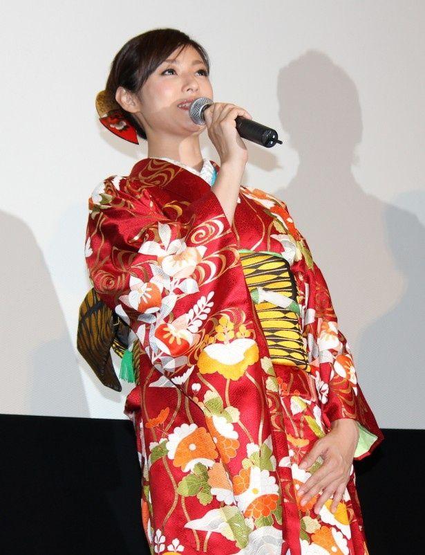 【写真を見る】深田恭子の艶やかな振り袖姿に会場からも「キレイ!」とため息がこぼれた