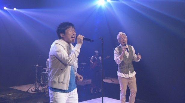 サッカー日本代表公式応援ソング「勝利の笑みを 君と」を熱唱するウカスカジー