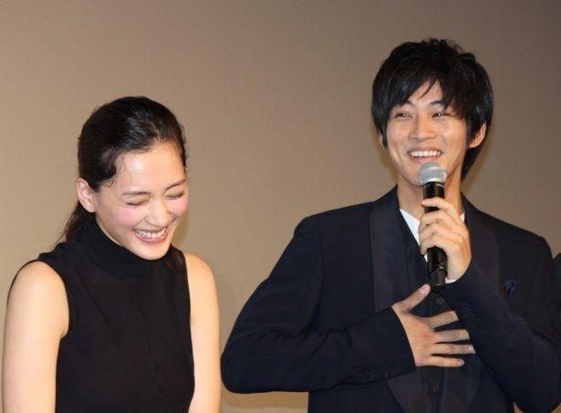 【写真を見る】綾瀬はるかに松坂桃李が公開謝罪!「綾瀬さんの女子高生姿にギリギリアウト」と率先して言った