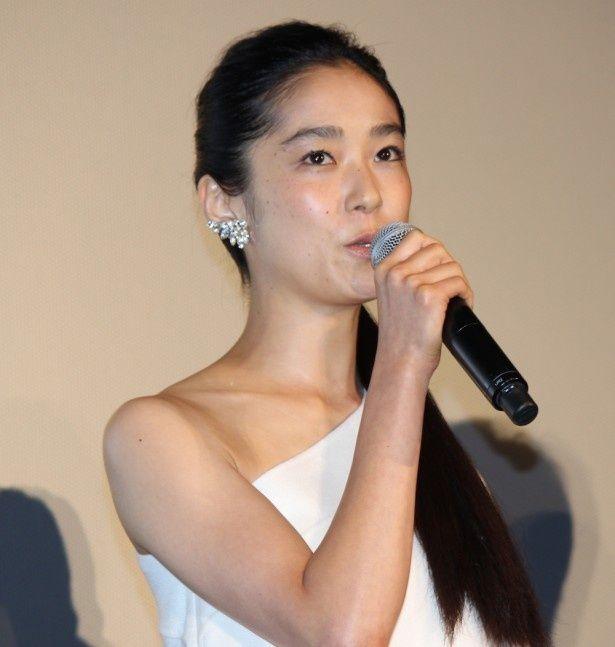 流泉寺美沙役を演じる初音映莉子