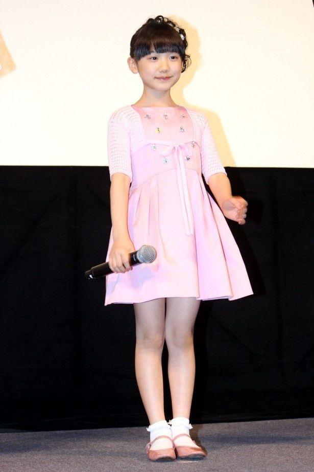 【写真を見る】芦田愛菜は、ラブリーなピンクのワンピースで登壇