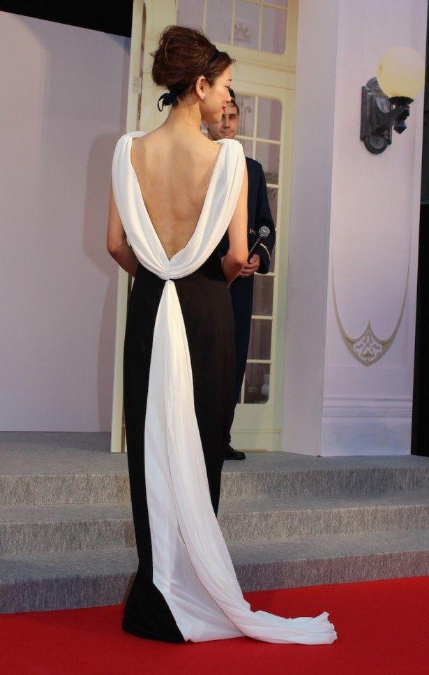 【写真を見る】背中の大胆に開いたドレスで魅了!レッドカーペットに現れた女優の松本莉緒