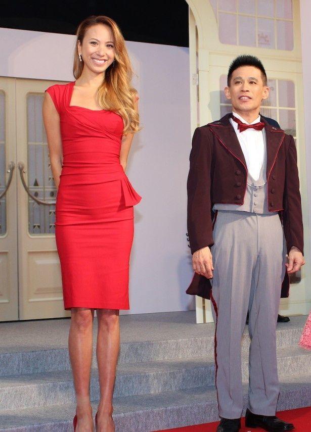 真っ赤なミニドレス姿で美脚を披露した道端アンジェリカ