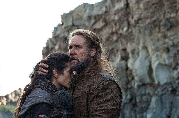 巨大な箱舟に自身の家族と動物を乗せ、窮地から逃れようとする男ノア