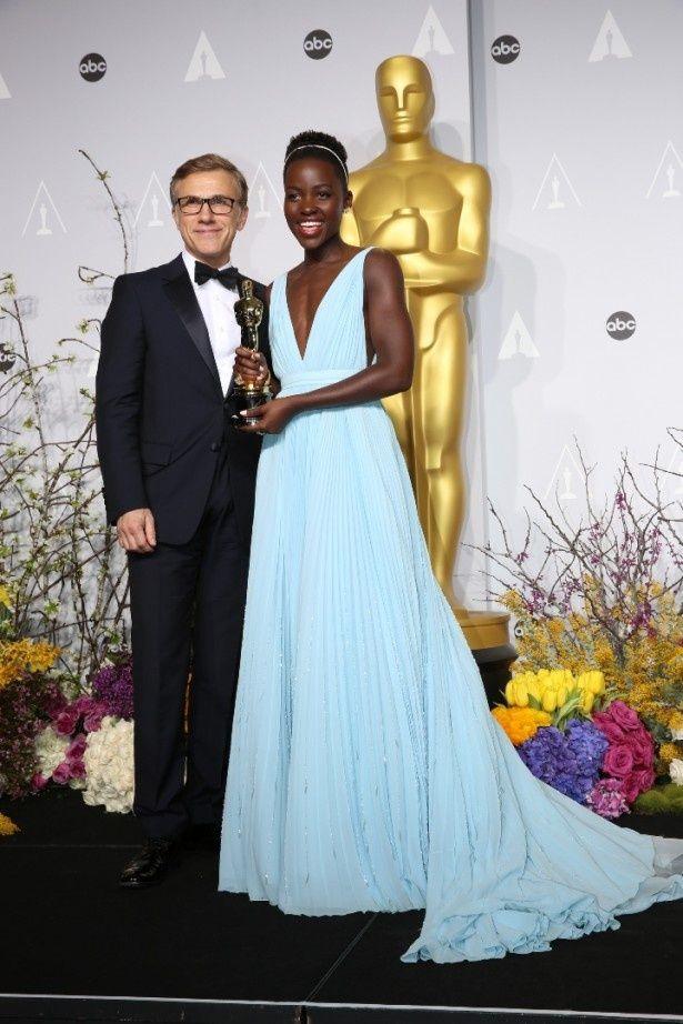 【写真を見る】今年のアカデミー賞授賞式でオスカー像を手にしたルピタ