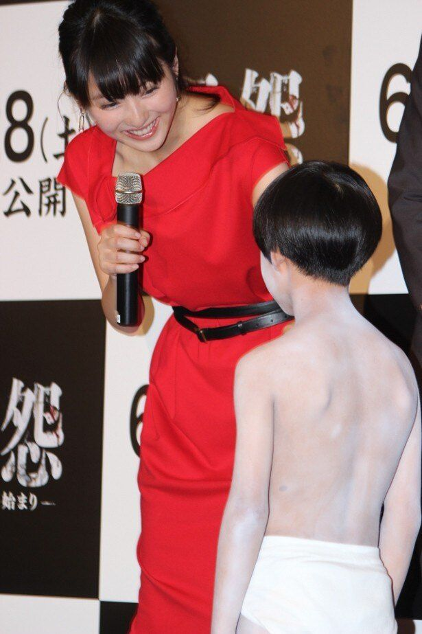 佐々木希、俊雄役の小林颯に笑顔
