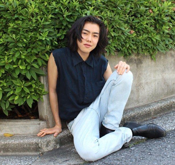 【写真を見る】意志の強さを感じさせる眼差しが魅力的!21歳の若手俳優、吉村界人