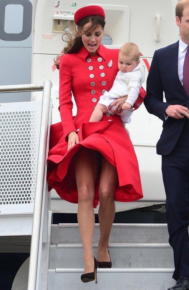 【写真を見る】こんなスカートがまくれ上がった写真を撮られてしまっているキャサリン妃