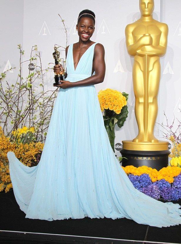 【写真を見る】こちらは絶賛されたナイロビブルーのプラダのドレス姿