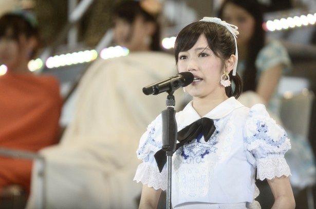 壇上でスピーチを行うAKB48・渡辺麻友