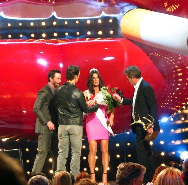 【写真を見る】ディケード・オブ・ホットネス賞の授賞式でサンドラがスターに囲まれる!
