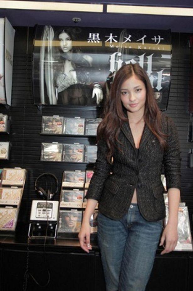 HMV渋谷店の自分のディスプレイ前で記念撮影!