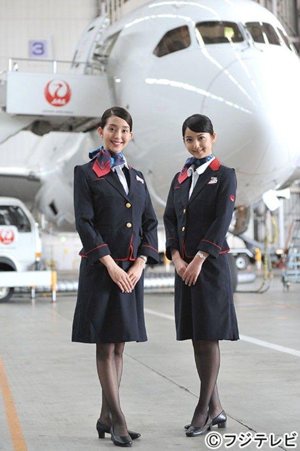 女優デビューしたモデル・松島花と先輩モデル・佐々木希(写真左から)がCA姿を披露!