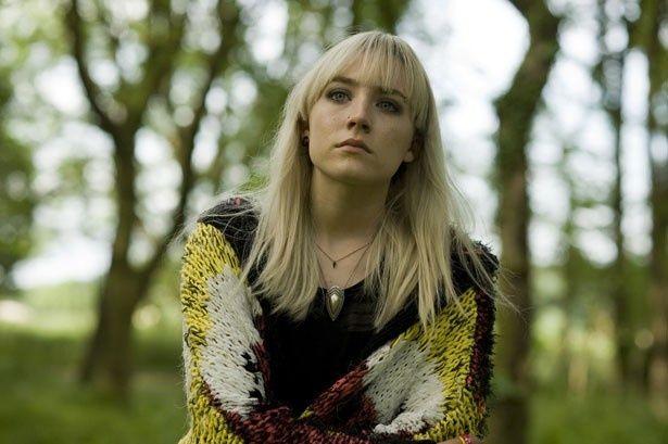 がっつりアイラインをひいてパンキッシュなヒロインを演じるシアーシャ・ローナン