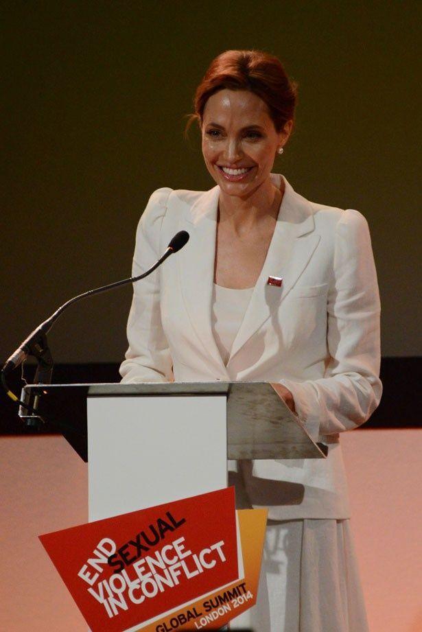 大英帝国勲章を授与されたアンジェリーナ・ジョリー