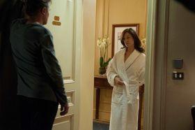 素っ裸の恋人をホテルで締め出し!恋人のいたずらは、どこまで許せるか?