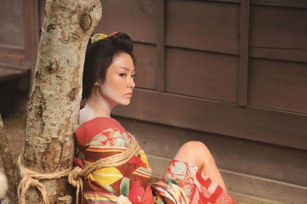 こちらが解禁ショット!飯盛り女役の深田、妙に色っぽい