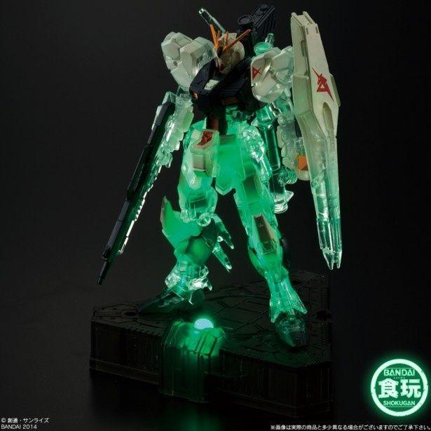 緑のLEDの光を浴びて仁王立ちするνガンダム