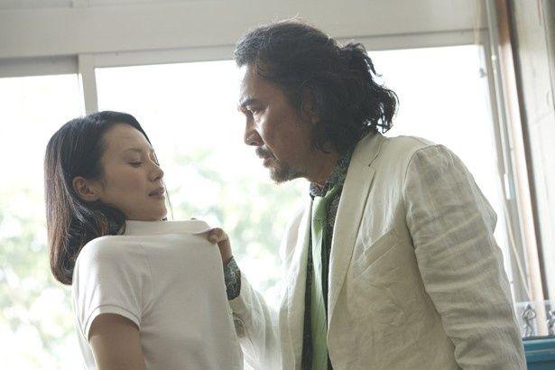 前作『告白』(10)に引き続き、中谷美紀が教師役を熱演する