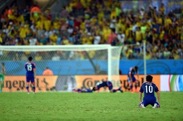 コロンビア戦を終えた日本代表選手たちはぼうぜんと立ち尽くしたり、ピッチに倒れて起き上がれない状態に
